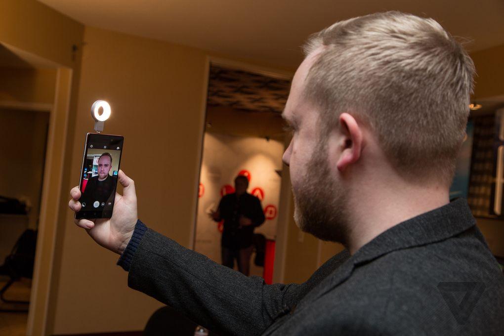 lenovo-vibe-xtension-selfie-flash nuti mobi